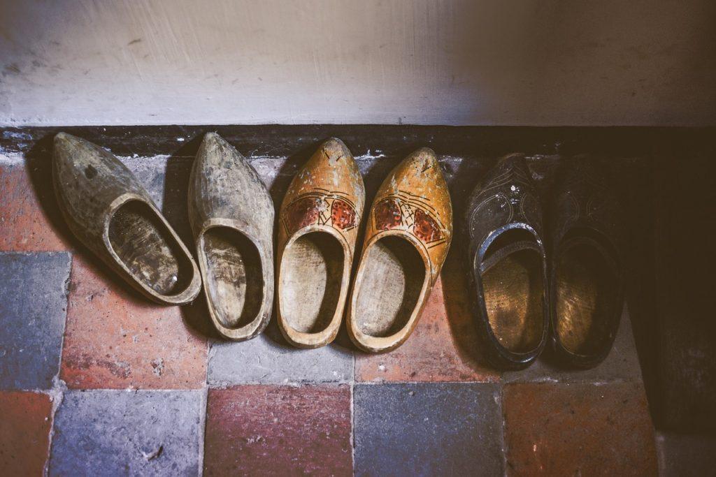 靴のカビ臭いにおいを落とすには