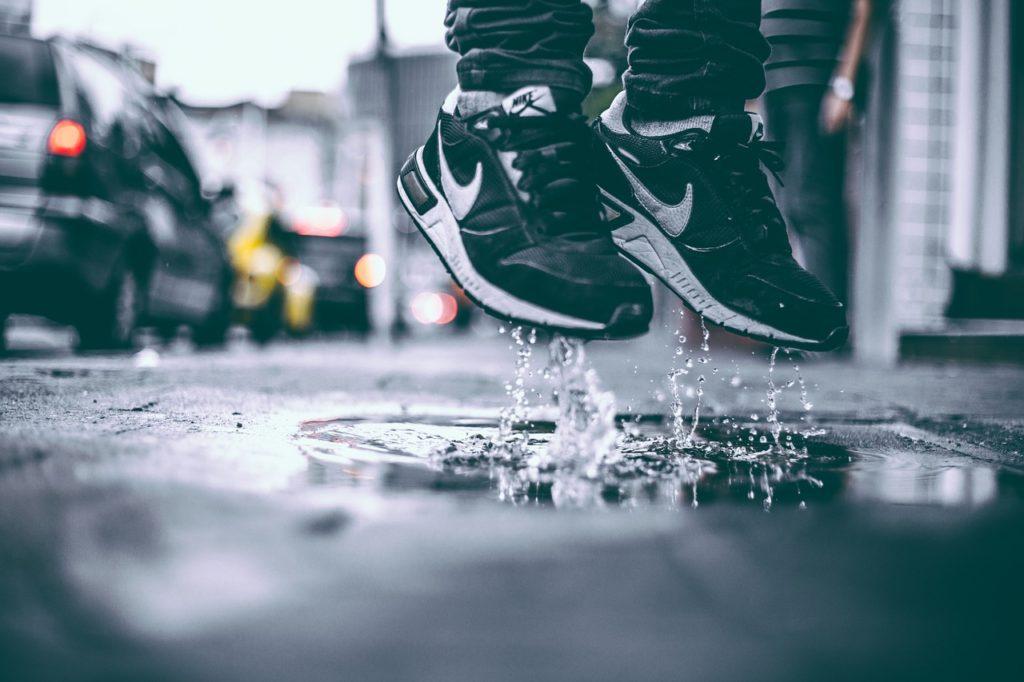 雨の日に靴を濡らさない方法
