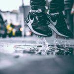 雨の日に靴が濡れないための予防と対策|水の侵入を防ぐにはこれ